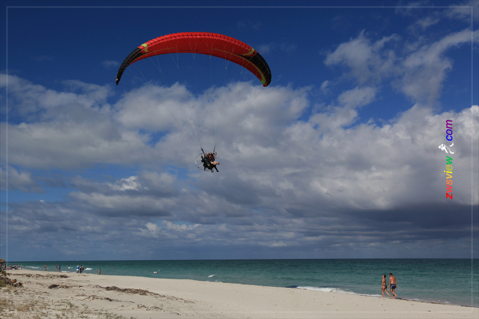 加勒比海上空的神秘气球